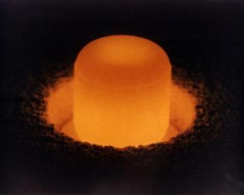 Próbka plutonu-238 rozgrzewa się do czerwoności pod wpływem własnego promieniowania